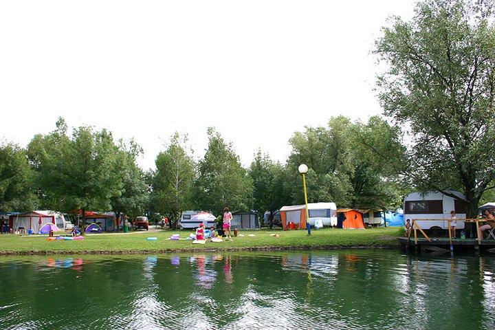 Slika auto kampa iz čamca sa Srebrnog jezera