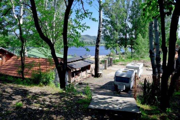 Pogled iz auto kampa ka Srebrnom jezeru