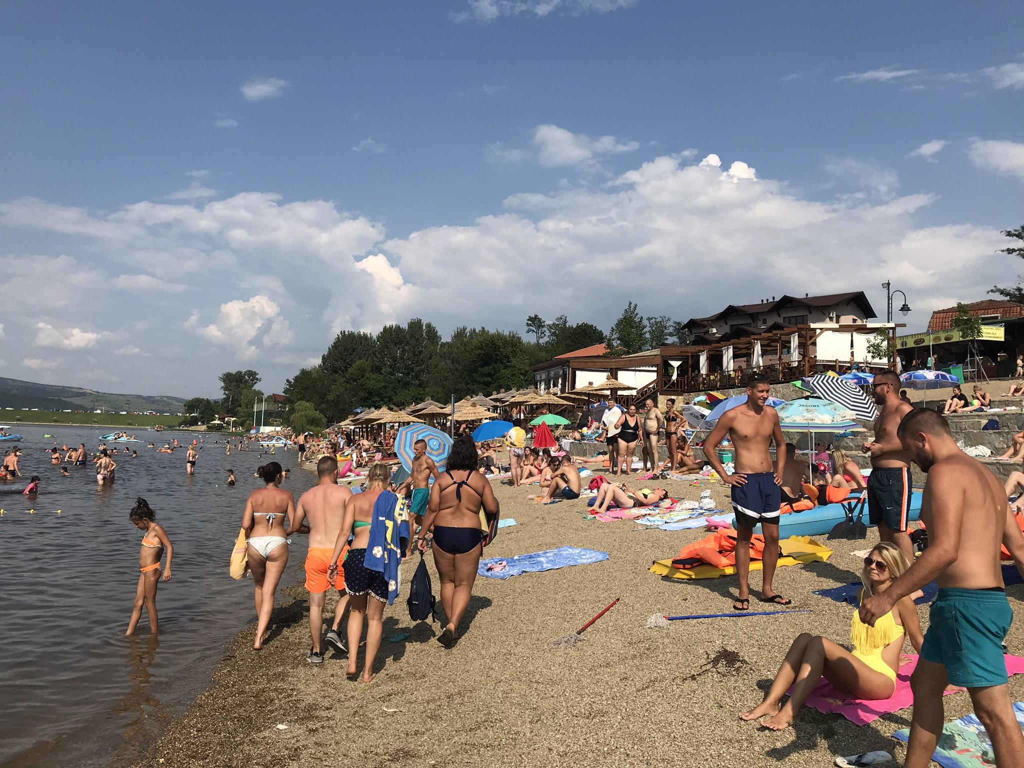 slika plaže na Srebrnom jezeru sa kupačima