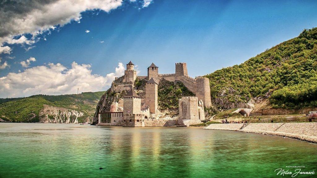 Renovirana Golubačka tvrdjava slika na Dunava