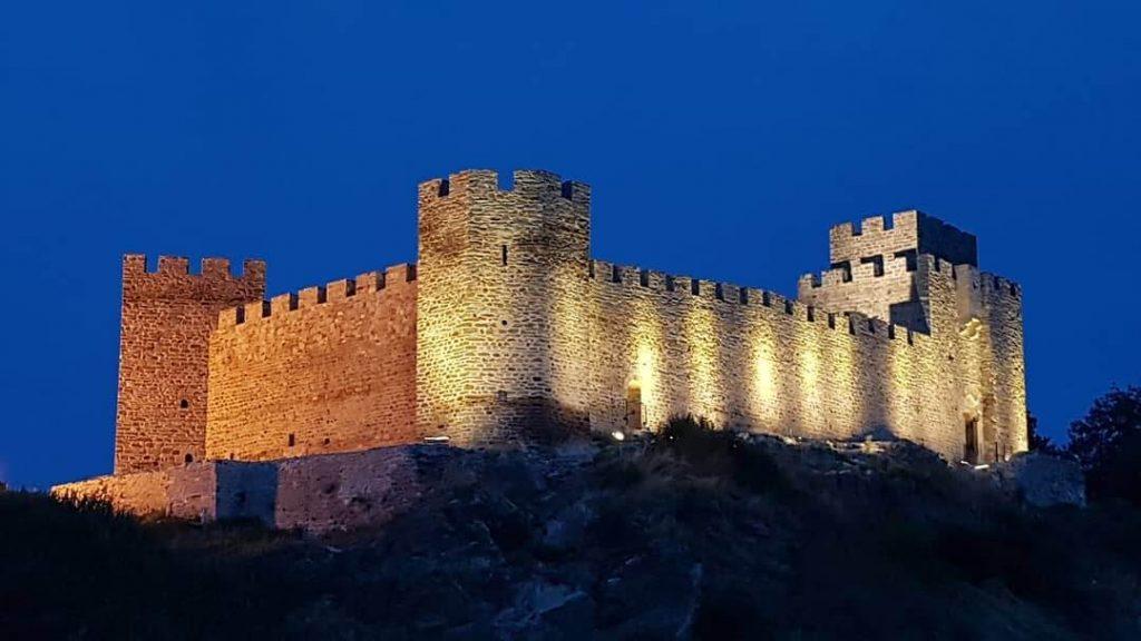 Renovnirana Ramska tvrđava slikana noću sa osvetljenjem
